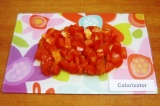 Шаг 3. Такими же кубиками нарезать помидор.