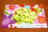 Шаг 4. Очистить от кожицы кабачки, нарезать кубиками 2х2 см.