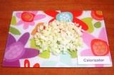 Шаг 6. Очистить и нарезать репчатый лук кубиками 1х1 см.