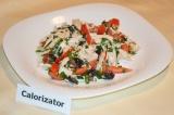 Готовое блюдо: салат с куриным филе и маслинами