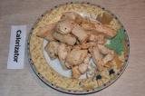 Шаг 3. Куриное филе обжарить на сковороде с добавлением соли и перца.