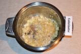 Шаг 4. Лук обжарить в кастрюле на растительном масле до золотистого цвета.