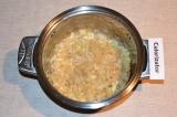 Шаг 5. Далее добавить имбирь и чеснок, тушить 1-2 минуты.