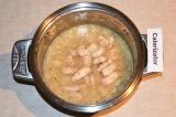 Шаг 6. К ингредиентам добавить куриное филе и рис, посолить и поперчить, добавит