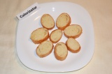Шаг 3. Багет нарезать небольшими кусочками и обжарить на сухой сковороде.