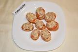 Шаг 5. Печень трески и яйцо хорошо перемешать и выложить начинку сверху помидор.