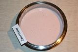 Шаг 6. Готовый желатин влить тонкой струйкой в творожно-клубничное пюре. Хорошо