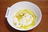 Шаг 1. Соединить муку, растопленное сливочное масло, 1 яйцо, воду и соль.