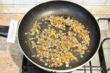 Шаг 5. Очистить и нарезать лук и чеснок, обжарить вместе.