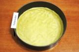 Шаг 7. Раскатать тесто в тонкий пласт, выложить в разъемную форму для выпечки