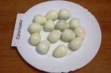 Шаг 3. Отварить в течение 5 минут перепелиные яйца, охладить в холодной воде