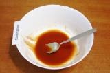 Шаг 4. Соединить для заправки кетчуп, сахар, уксус, соль и перец, перемешать.