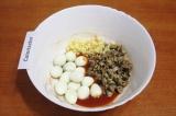 Шаг 5. Добавить в заправку шпроты, яйца и чеснок.