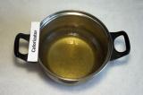 Шаг 1. В тёплую воду добавить мeд, сахар, соль и растительное масло, перемешать.