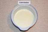 Шаг 1. Два стакана молока вылить в кастрюлю и поставить на огонь. Немного нагрет