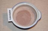 Шаг 5. В теплое молоко добавить какао с бананом и сахаром, мешать несколько мину