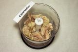 Шаг 1. Мясо курицы отварить, в подсоленной воде. Остудить, отделить от кости