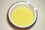 Шаг 6. Для теста смешать воду, яйцо, сахар и соль.