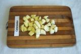 Шаг 4. Картофель очистить и порезать кубиками.