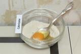 Шаг 4. Смешать сухие ингредиенты с яйцом.