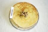 Шаг 10. Выложить грибную начинку на середину блина.