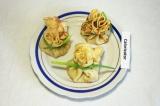 Готовое блюдо: блинные мешочки с грибами