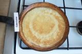 Шаг 3. Сковороду смазать растительным маслом и пожарить большие блины.