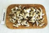 Шаг 5. Отварить грибы в подсоленной воде (минут 7). Воду слить, грибы порезать.