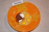 Шаг 1. В миске соединить яйца с сахаром и какао.