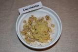 Шаг 6. Лук очистить, порезать и обжарить на сковороде до золотистого цвета.