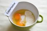 Шаг 9. Для заливки нужно смешать сахар, сметану и яйца. Хорошо взбить вилкой.