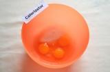 Шаг 1. Яйца смешать с сахаром.