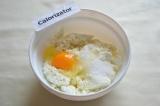 Шаг 5. Для начинки нужно смешать творог, яйцо и сахар.