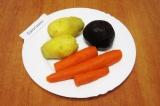 Шаг 2. Картофель почистить, помыть и отварить целиком. Хорошо помыть морковь