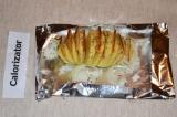 Шаг 4. В каждый надрез картофеля вложить кусочек сала. Картофель слегка сбрызнут