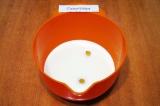 Шаг 1. Влить в миску молоко, добавить 2 яйца, соль, соду и 1 ст.л. сахара.