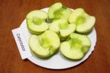 Шаг 1. Вымыть яблоки, разрезать каждое яблоко пополам и очистить от семян. Если