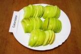 Шаг 2. Нарезать яблоки тонкими ломтиками.