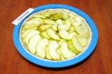 Шаг 4. Разложить аккуратно ломтики яблок на тесте по кругу.