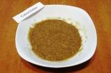 Шаг 6. Всыпать в тарелку измельченные орехи, добавить жидкий мед и корицу. Хорош