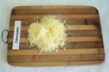 Шаг 10. Сыр натереть на мелкой тёрке и посыпать сыром верх блинного торта.
