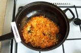 Шаг 7. Морковь почистить натереть на тёрке и добавить к луку, обжарить.