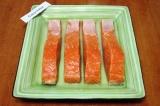 Шаг 3. Выложить филе лосося в глубокую тарелку кожей вниз, равномерно полить вод