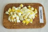 Шаг 4. Нарезать яйца кубиками.