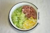 Шаг 5. Смешать капусту, колбасу и яйца.
