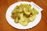 Шаг 4. Нарезать дольками квашеные яблоки.