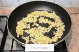 Шаг 6. Обжарить лук на оставшемся сливочном масле.