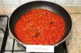 Шаг 7. Ввести томатную пасту, немного бульона, лавровый лист, посолить и поперчи