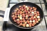 Шаг 1. Обжарить фундук на сковороде на слабом огне до золотистого цвета.