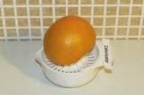 Шаг 1. Выжать сок из грейпфрута.